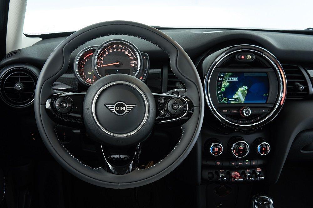 MINI Yours跑車式真皮方向盤、6.5吋繁體中文觸控螢幕、原廠中文導航系統...