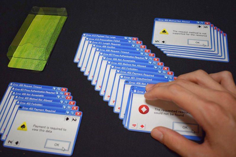 近日竟有日本遊戲開發商將Microsoft XP時代經常出現的「錯誤視窗」做成撲克牌。圖擷自Twitter