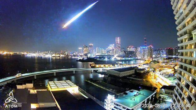 21日晚上大約10點30分左右有東京民眾目擊在夜空中有顆巨大火球劃破天際,引發不小討論。 圖擷自朝日新聞