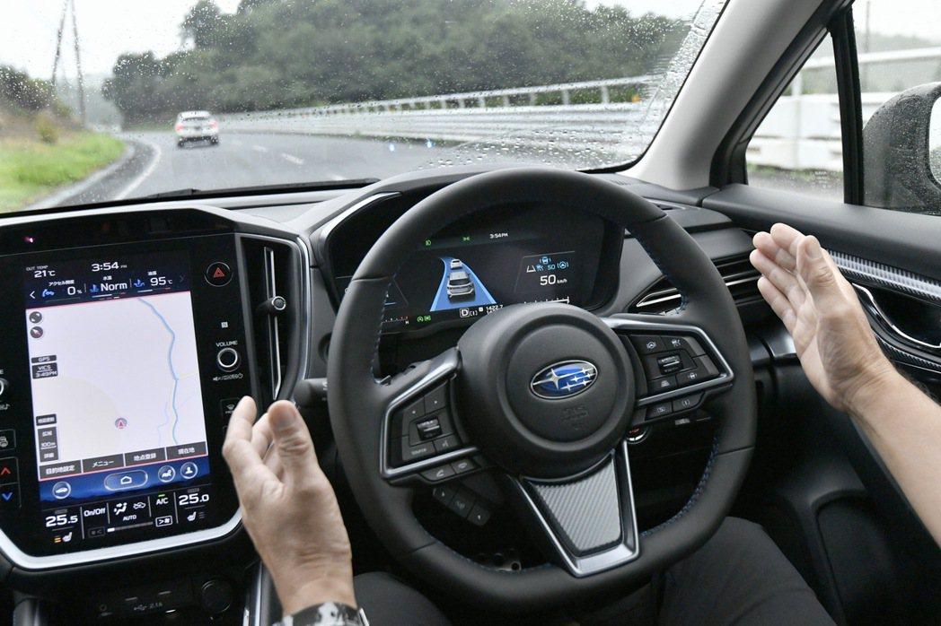 在滿足某些條件的高速公路上,駕駛可以實現放雙手的半自動駕駛。 摘自Subaru....