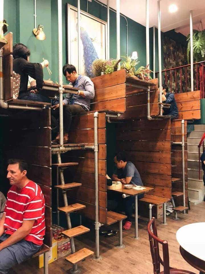 一名女網友PO文提到,近日她在國外發現一間裝潢相當獨特的餐廳,餐廳內的座位席呈現一高一低的樣貌。圖擷自爆廢公社公開版