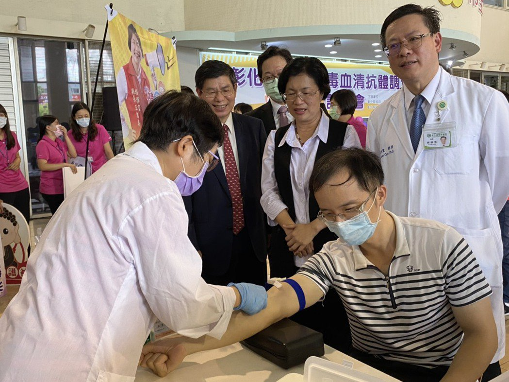 圖為王惠美(中排右二)與台大公學院院長詹長權(中排左一)之前觀看新冠肺炎血清採檢...