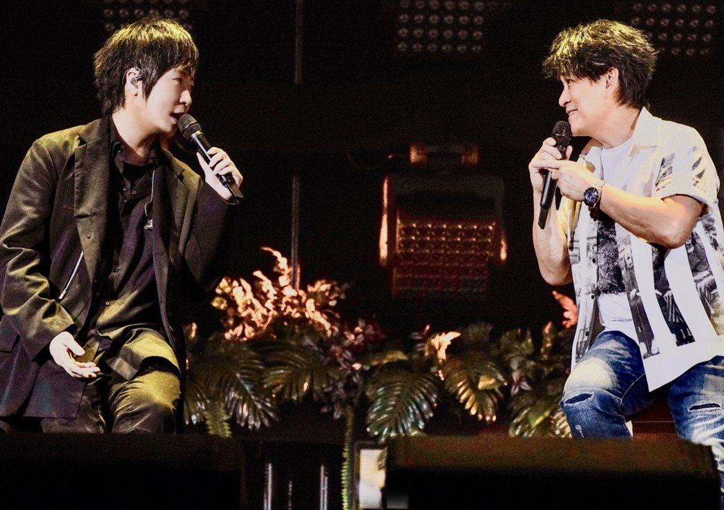五月天阿信和周華健合唱「天使」。 圖/相信音樂提供