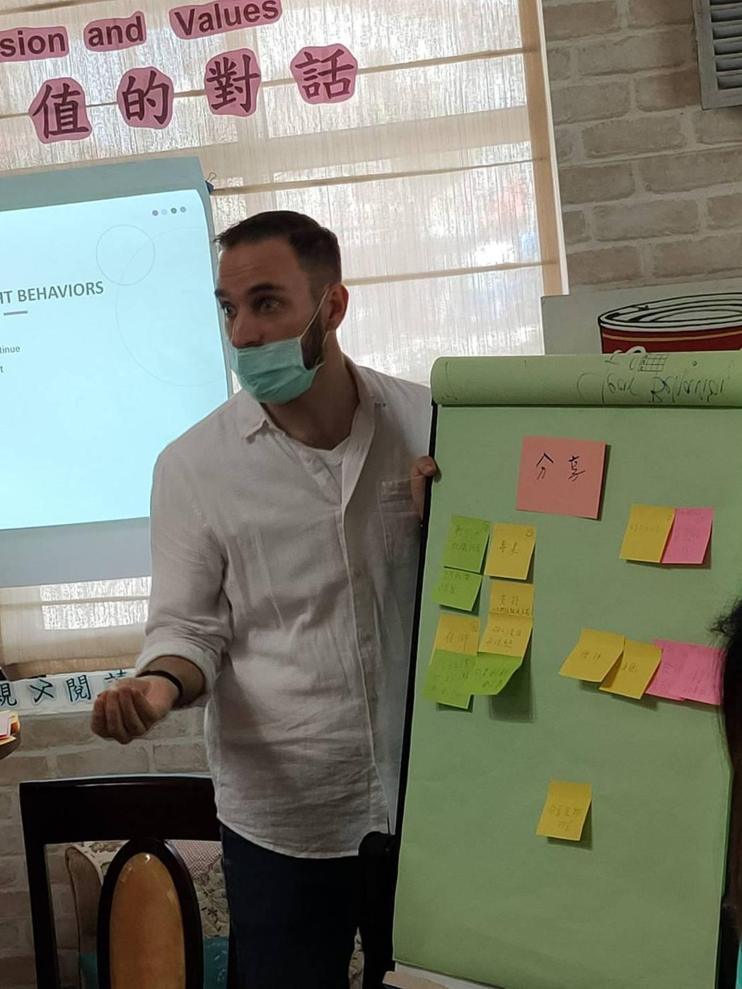 講師Jeff 活潑、充滿活力地讓學員充分融入活動。   德蘭/提供