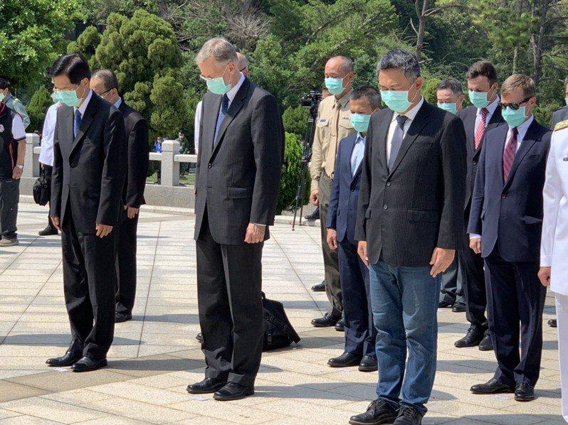 蔡英文總統於今前往金門太武山公墓主持「八二三戰役62周年」公祭暨追思活動,美國在台協會台北辦事處(AIT/T)處長酈英傑(前排左二)率所屬安全合作組人員,也首度與會陪。記者洪哲政/攝影