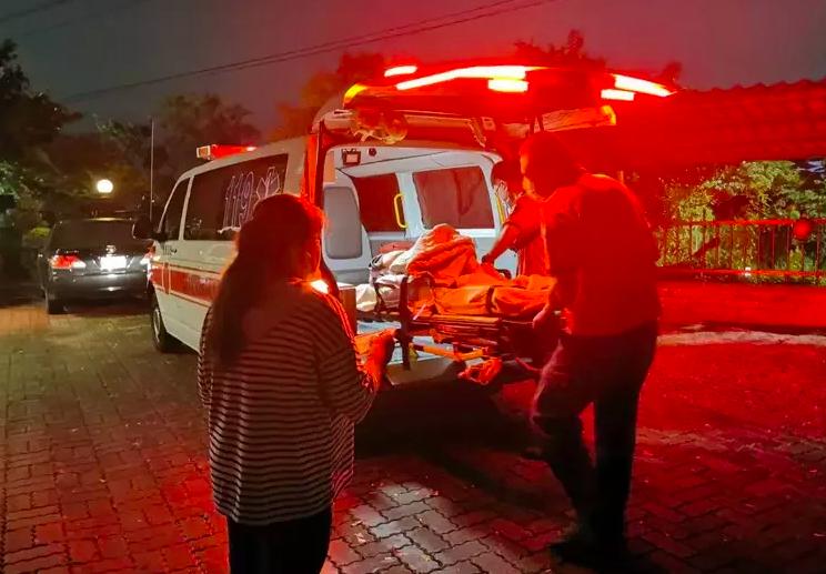 嘉義市某長照中心發生潑酸事件,救護人員將被波及的傷者送醫。本報資料照片