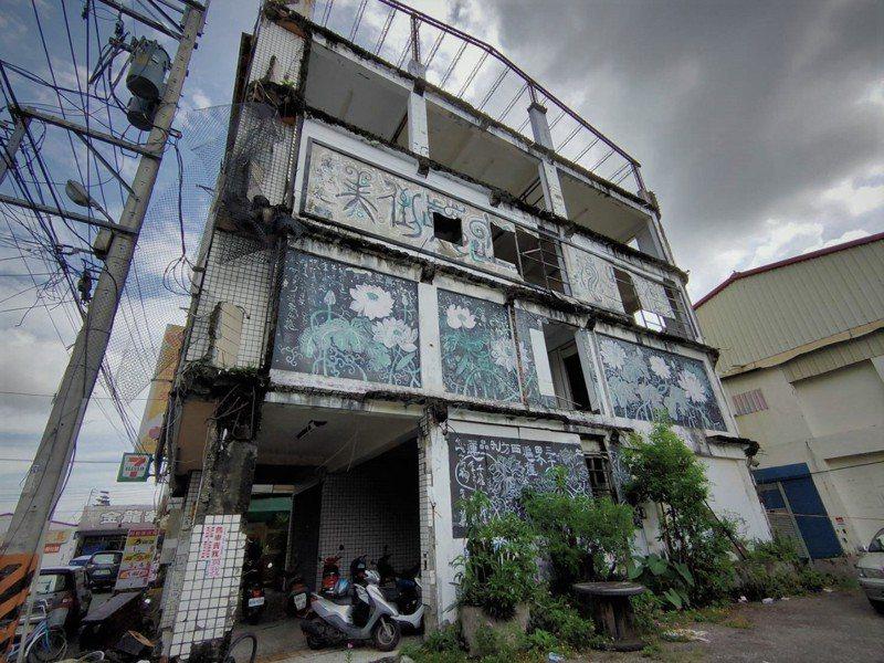 南投縣埔里鎮中正市場921地震後受損嚴重,荒廢逾20年成廢墟。圖/讀者提供