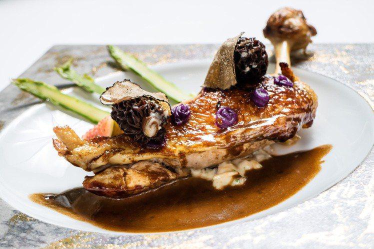 鹽之華的煎烤法國珠雞佐羊肚菌與秋季松露。圖/鹽之華提供