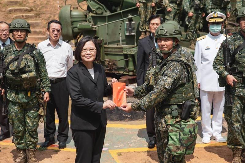 蔡英文總統今天前往金門視察金防部溪邊陣地240砲戰備部隊,同時頒發加菜金。圖/國防部提供