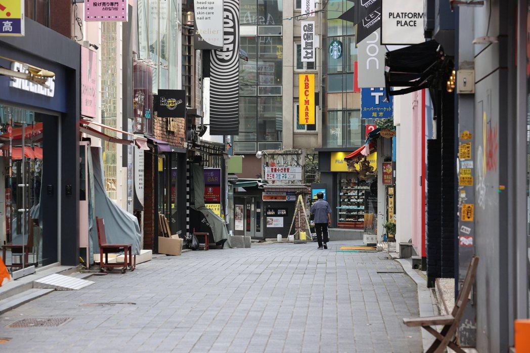 南韓政府23日將二級防疫措施從首都圈擴至全境,首爾著名購物區明洞街上空蕩蕩。 (...
