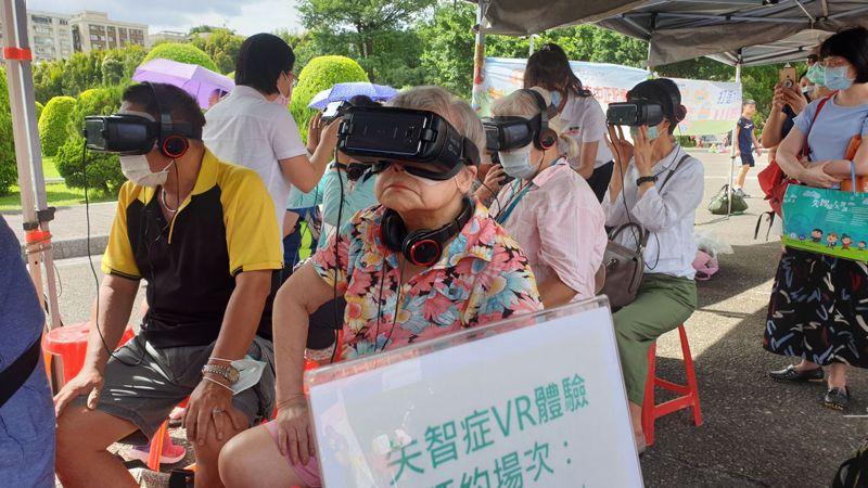 83歲劉奶奶本身就為失智症患者,今參加體驗活動特別有感觸。記者胡瑞玲/攝影
