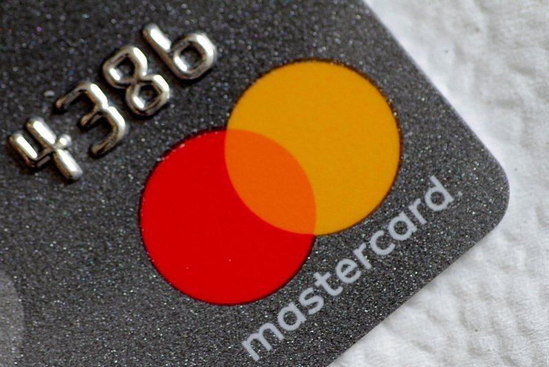 万事达计划今年允许持卡人在其支付网路内,交易特定加密货币,推特考虑投资比特币。图为Mastercard信用卡。(路透)(photo:UDN)