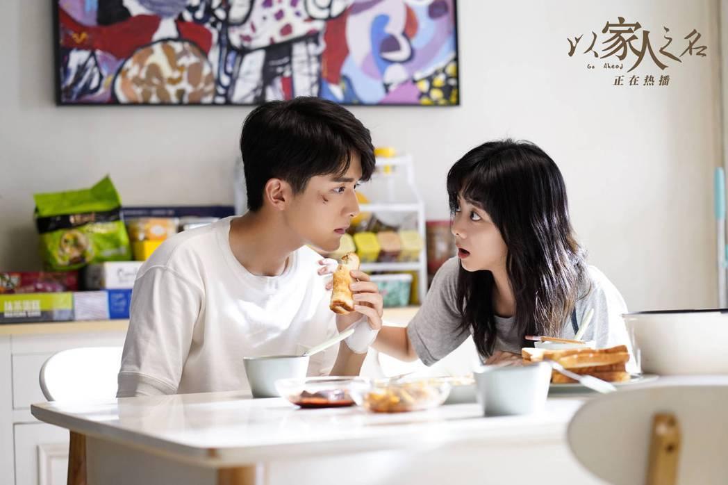 譚松韻(右)與張新成恢復往日兄妹情。圖/摘自微博