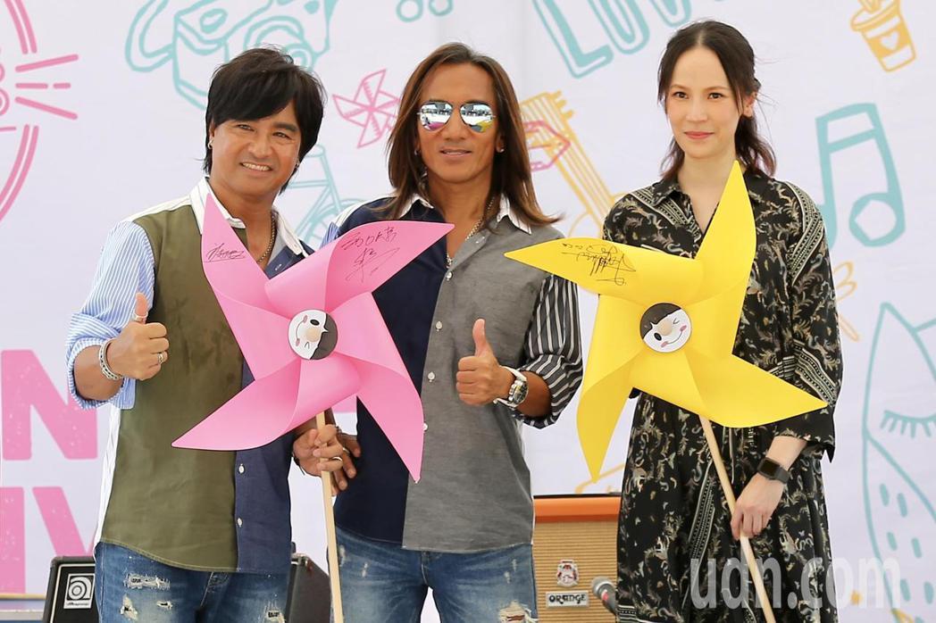 金曲歌后楊乃文(右)、金曲最佳演唱組合動力火車(左)下午出席「綠生活音樂節」記者
