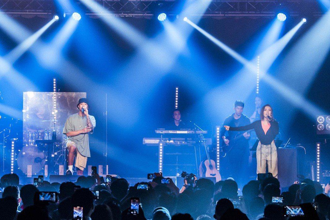 閻奕格邀請高爾宣(左)擔任台北場嘉賓,2人首度公開共演合作夯曲「愛上現在的我」。...