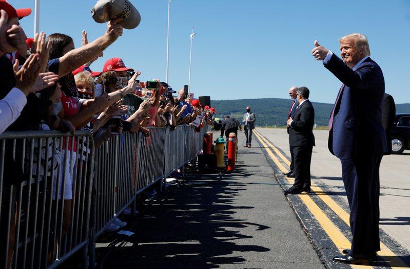 競選連任的川普(右)20日赴關鍵州賓州造勢,爭取白人勞工階層的支持。路透