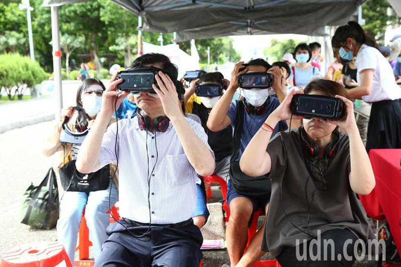 台北市衛生局下午舉辦「臺北是我家.友善失智一起來-青銀共融園遊會」,台北市副市長黃珊珊(右)與衛生局局長黃世傑(左)體驗「路易氏體失智症」VR遊戲。記者葉信菉/攝影