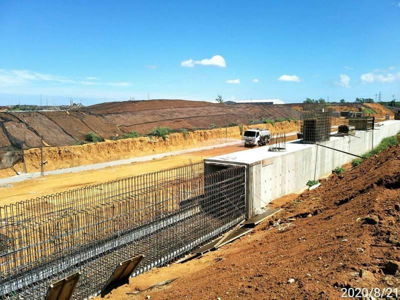 林口工一工業區正在施作6米高攔塵網,預計8月底完工。圖/工務局提供