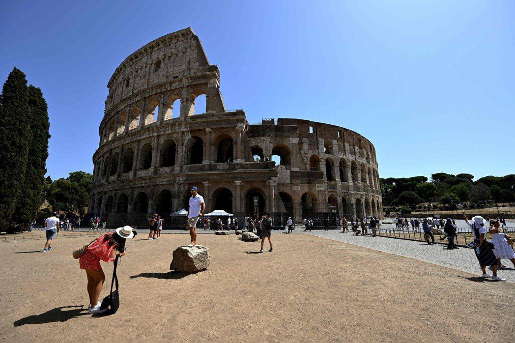義大利防疫部門23日稱目前未考慮祭新封鎖令,圖為22日遊客在知名景點羅馬競技場附...