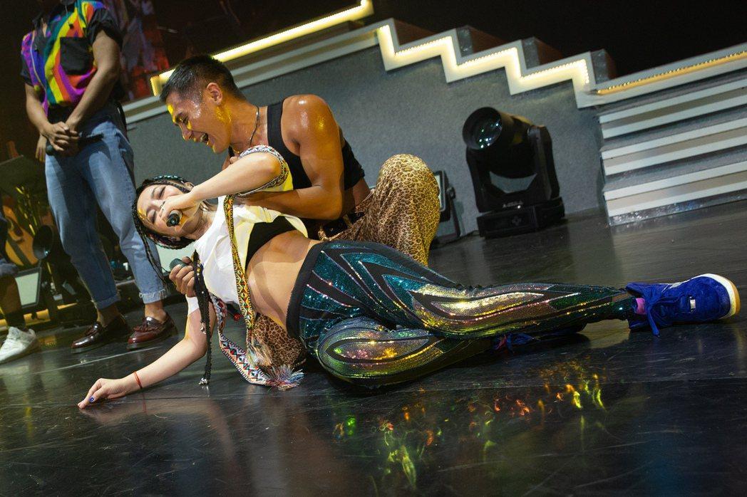 戴愛玲昨晚安可時,與布拉瑞揚舞團帶來15分鐘的唱跳大秀。圖/索尼音樂提供