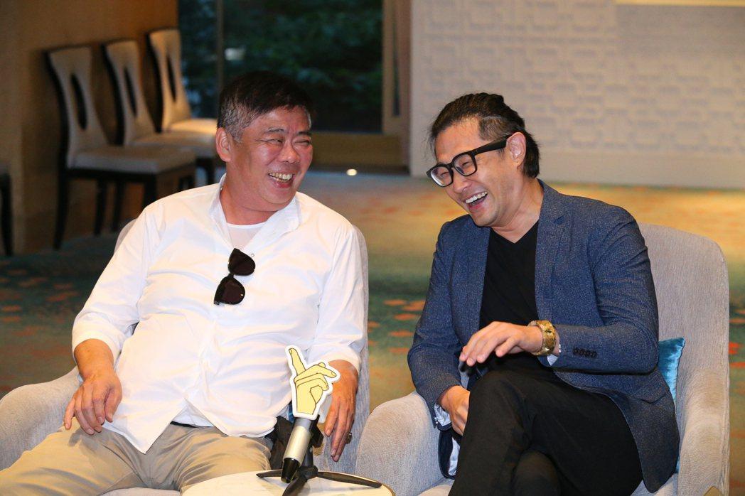 黃維德(右)參加周遊壽宴,與周遊兒子馮凱一起受訪。記者林伯東/攝影