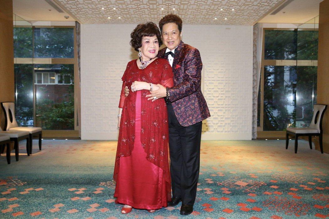 周遊(左)、李朝永曬恩愛。記者林伯東/攝影