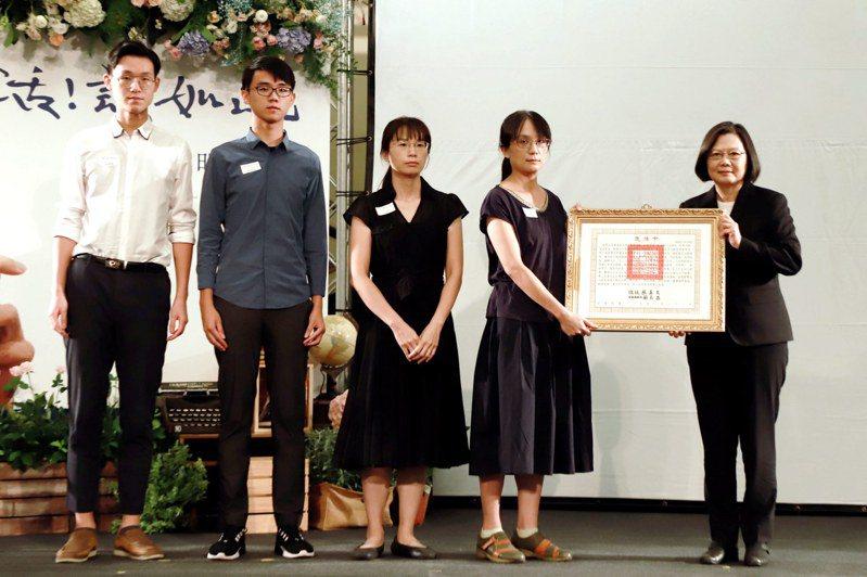 總統蔡英文頒贈褒揚令,由莊永明老師家屬代表受贈。圖/文化部提供