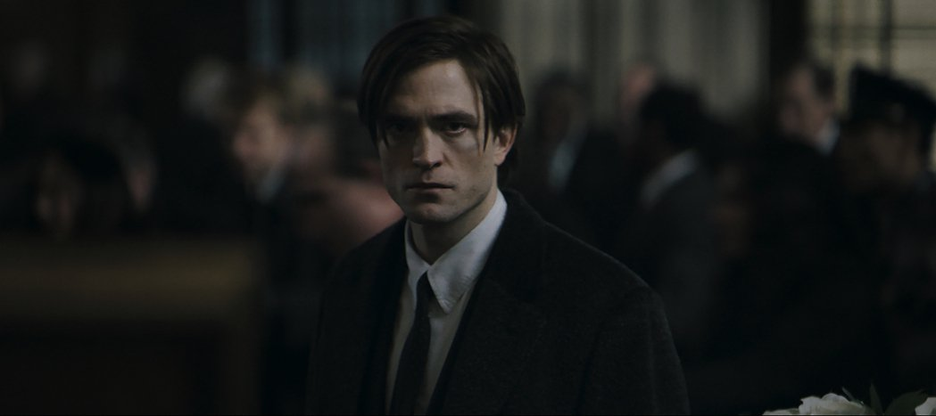 羅伯派汀森演出新版「蝙蝠俠」,風格較為頹廢。圖/摘自Youtube