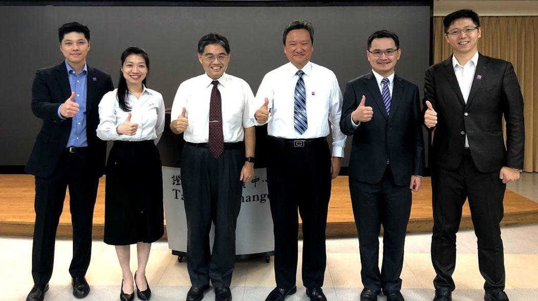 本次「法人說明會實務研討會」由櫃買中心上櫃監理部副理徐彬豪(左三)主持,並由台灣...