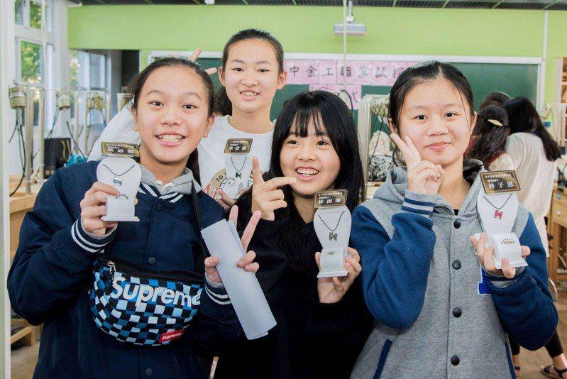 2020新創生活展首次展出學生金工作品,讓學生展現自信與熱情。圖/新北市教育局提供