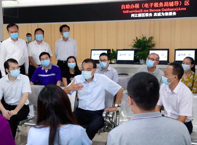 大陸國務院總理李克強日前赴重慶考察稱,加快服務業全面復業帶動消費擴大,對於鞏固經濟恢復性增長態勢至關重要。中國政府網