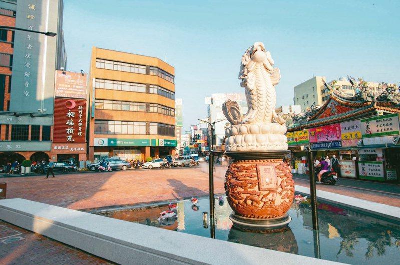新竹市府即日起試行「都城隍廟廣場假日行人徒步區」,擴大行人徒步區範圍。圖/新竹市政府提供