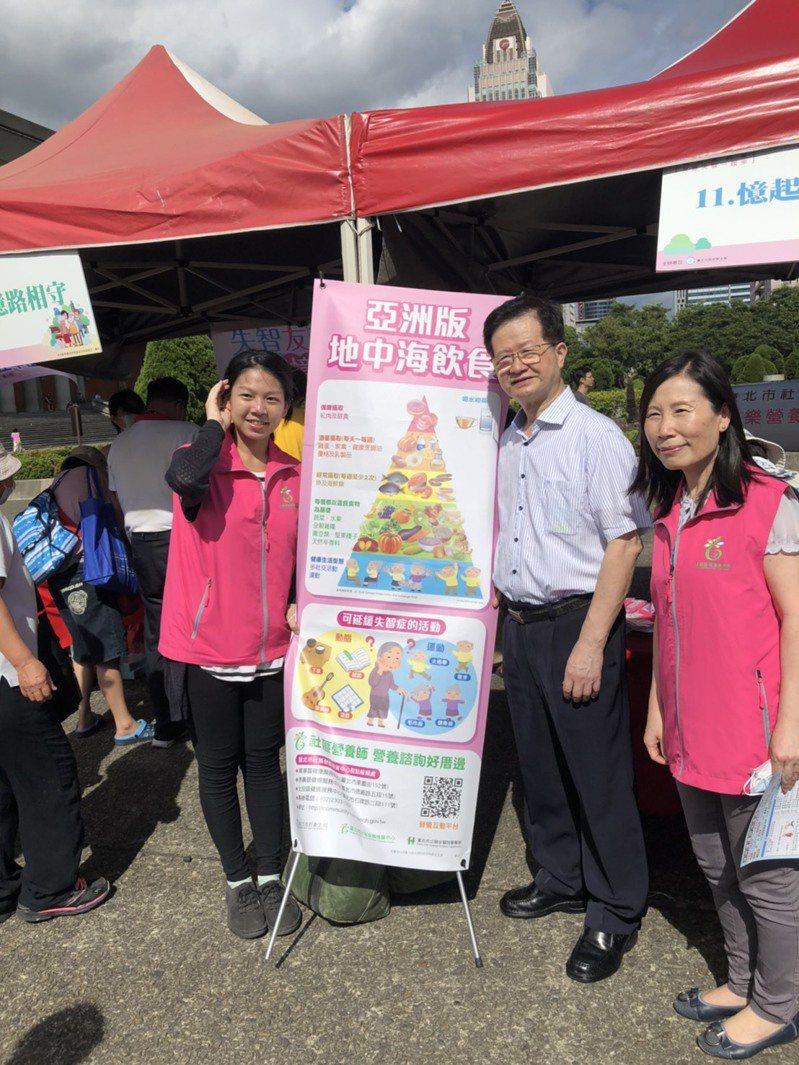 台北市衛生局長黃世傑(中)說,失智症患者、家人和商家、社區,都可以成為失智友善天使。記者吳貞瑩/攝影