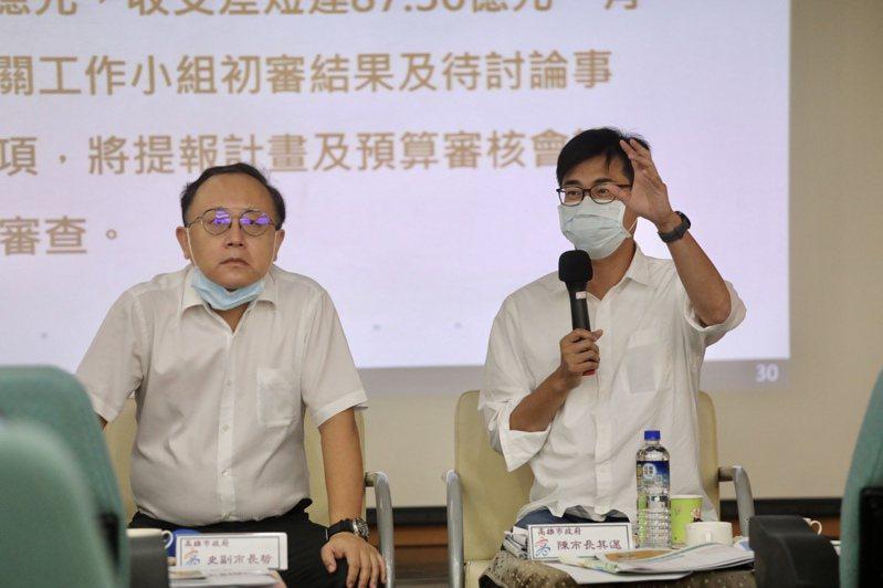 高雄市長陳其邁(右)昨召集副市長史哲(左)等新市府團隊首長聽取業務簡報。圖/陳其邁團隊提供