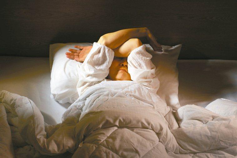 現代人常因生活、工作等問題造成失眠,而引起睡眠障礙的原因很多。圖╱123RF