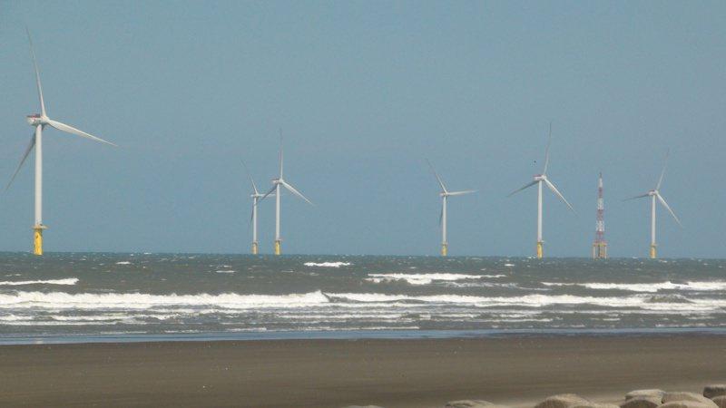 德商麗威離岸風機計畫因影響桃機飛安將被駁回,凸顯我國缺乏完善的海洋空間規畫。圖為竹南外海的離岸風機。圖/聯合報系資料照片