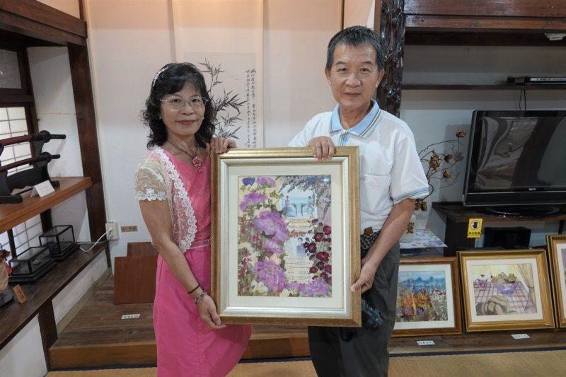 退休公務員吳佩宜投入押花創作,最近在鹿港鎮史館展出。 圖/林敬家 攝影