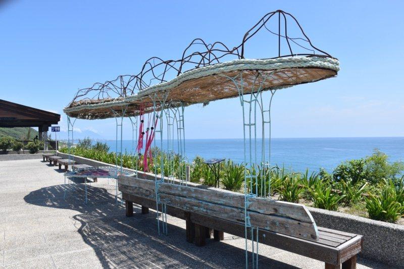 花蓮遊客中心前有藝術家編織作品,不但是座位區也是公共藝術。 圖/王思慧 攝影