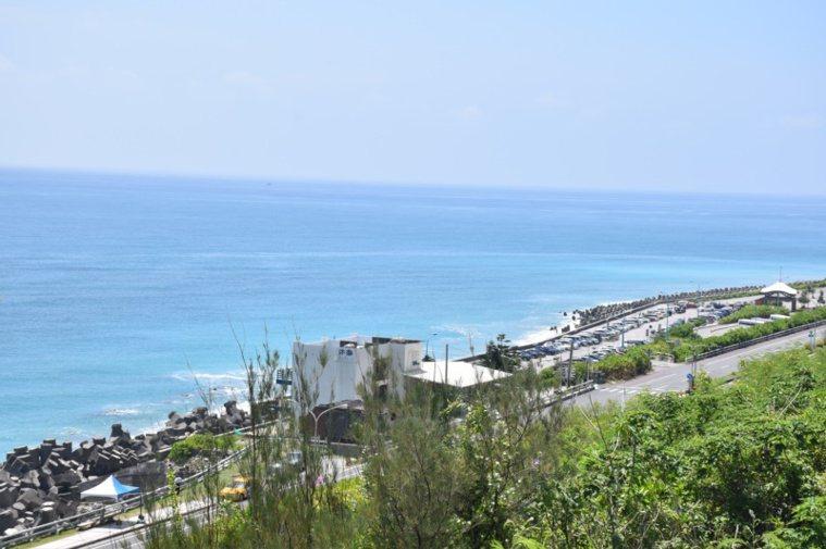 花蓮遊客中心位於海拔50公尺的山坡上,不但平日停車方便,還可欣賞湛藍海洋。 圖/...