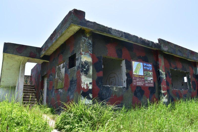 七七高地最高點有一廢棄營舍,其二樓平台就是最佳觀景處。 圖/王思慧 攝影