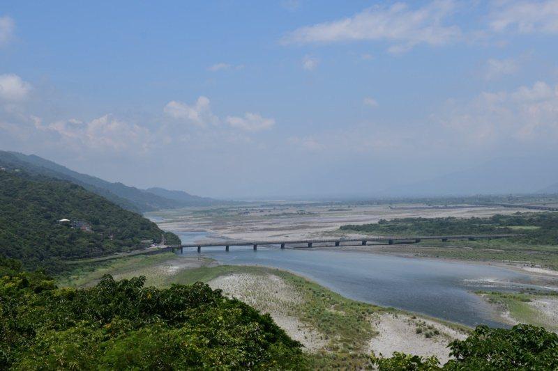從營舍頂端往西南方看去,花蓮大橋和花蓮溪盡收眼底。 圖/王思慧 攝影
