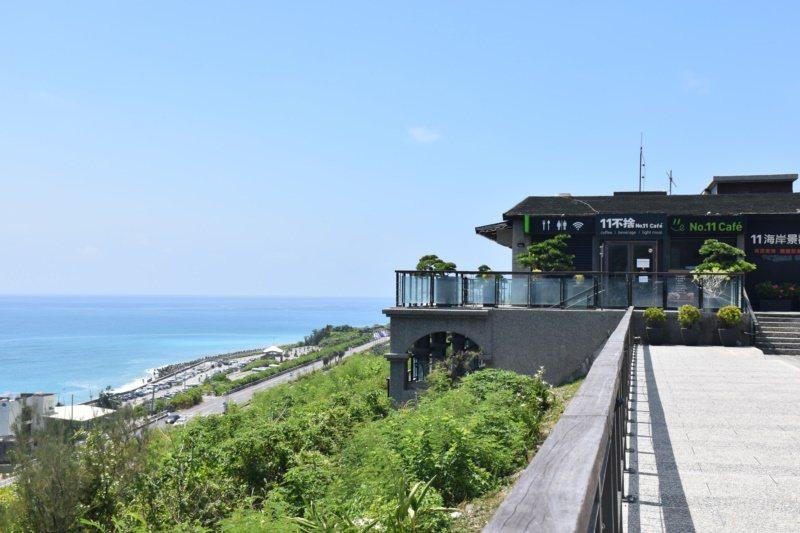 有業者向東管處承租場地,開設咖啡廳供遊客坐下來欣賞海景。 圖/王思慧 攝影