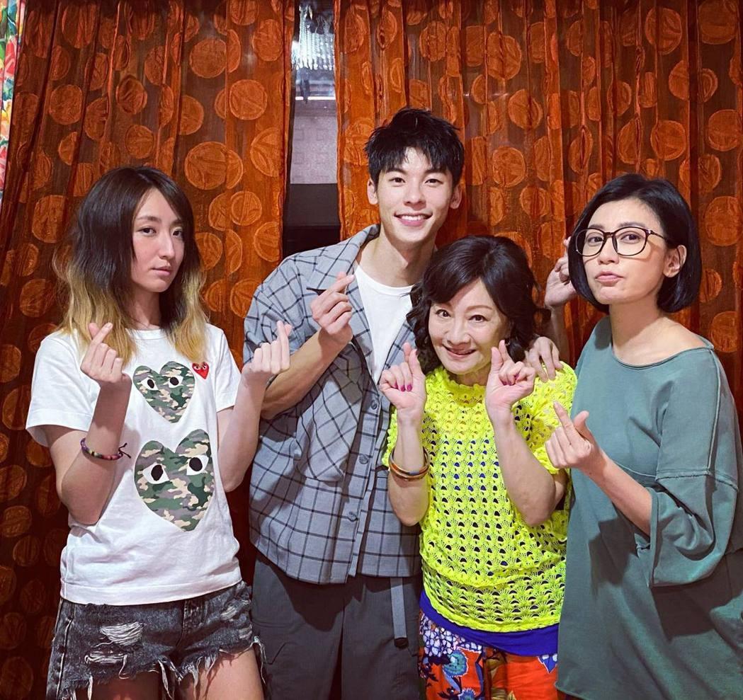 許光漢(左二)來探班,賈靜雯(右一)、比莉(右二)以及柯佳嬿(左一)一起合照。