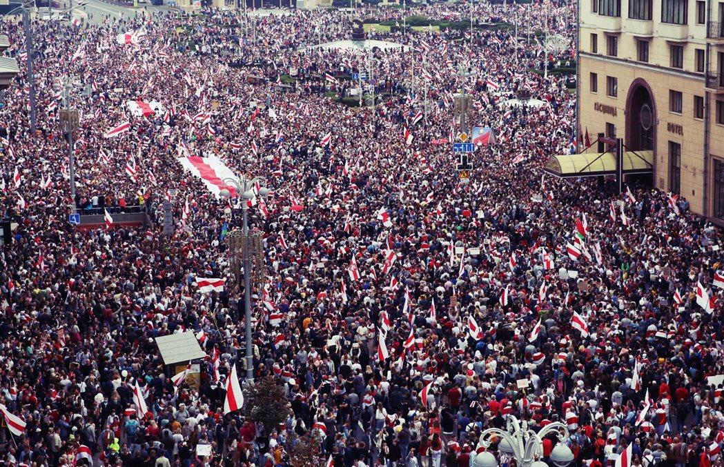 周日,示威民眾自發糾集了15萬人、以國家史上最大的集會規模,團團包圍了首都明斯克...