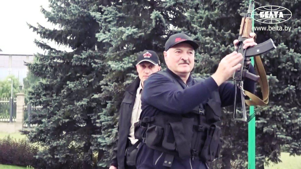 盧卡申科一行人雖然全副武裝,但單手抓著步槍槍托的大總統,手上的步槍卻明顯沒有裝配...