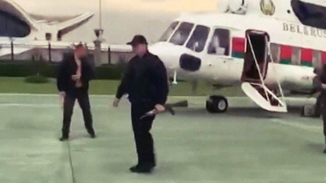 23日,「歐洲最後獨裁者」盧卡申科帶著兒子乘著軍用直升機,全副武裝、手持步槍地於...