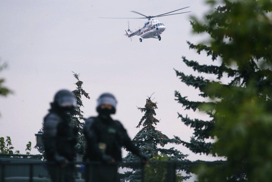 圖為盧卡申科搭乘的軍用直升機,掠過明斯克上空。 圖/美聯社