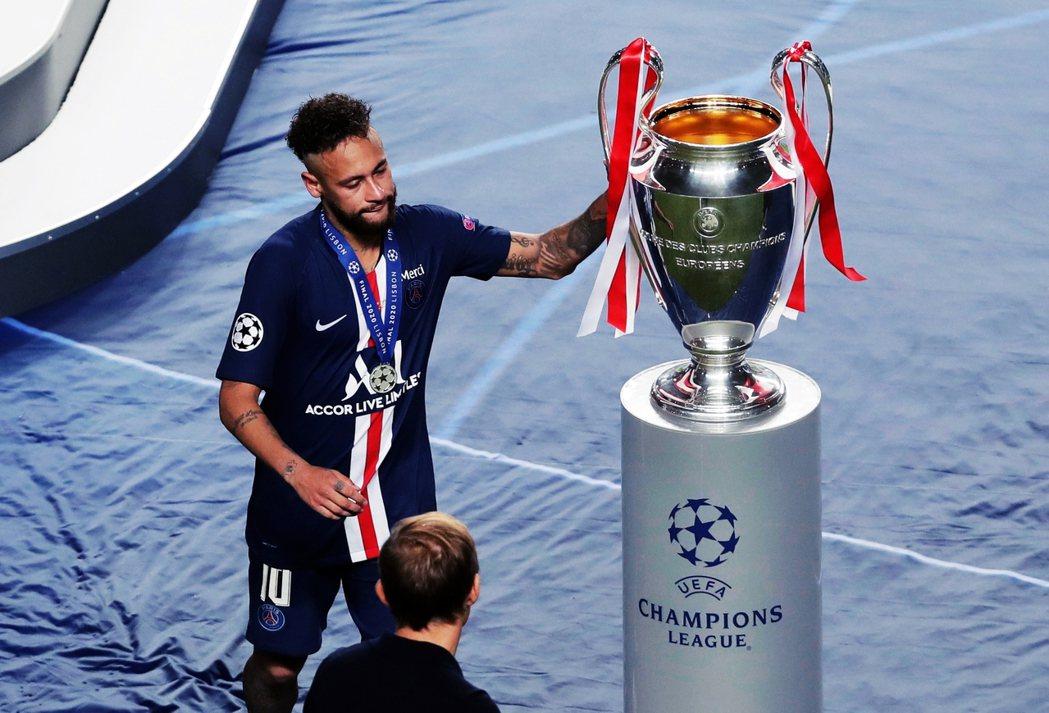 哭泣的巴西巨星內瑪爾(Neymar)。儘管今年的決賽,已是PSG隊史上第一次創入...