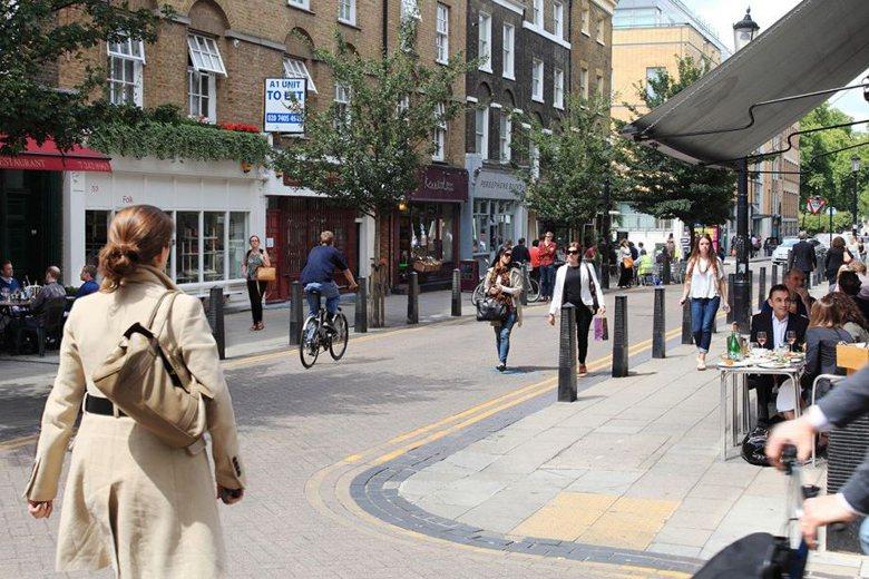 倫敦市政當局透過諸多手段讓民眾減少用車,包括公車系統的減少管制,以及致力打造若干條主要步行路徑。圖為倫敦Lamb's Conduit Street。 圖/取自The Academy of Urbanism