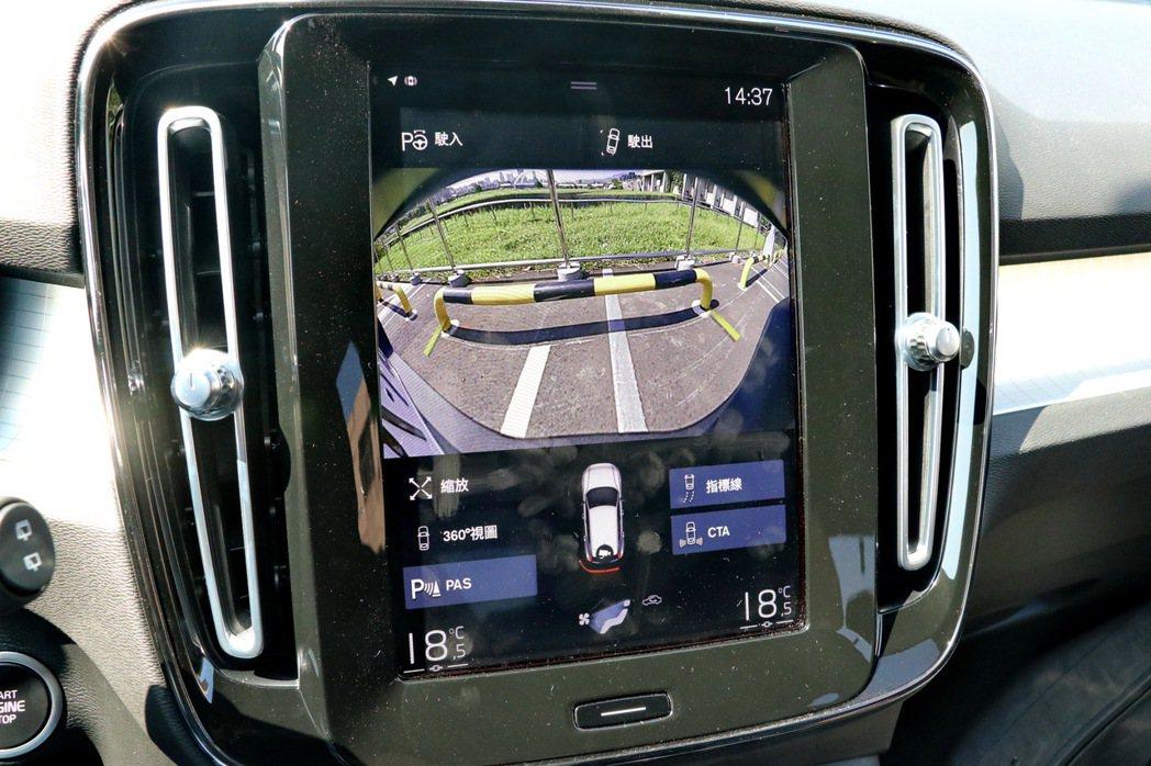試駕車選配360度環景影像。 記者陳威任/攝影